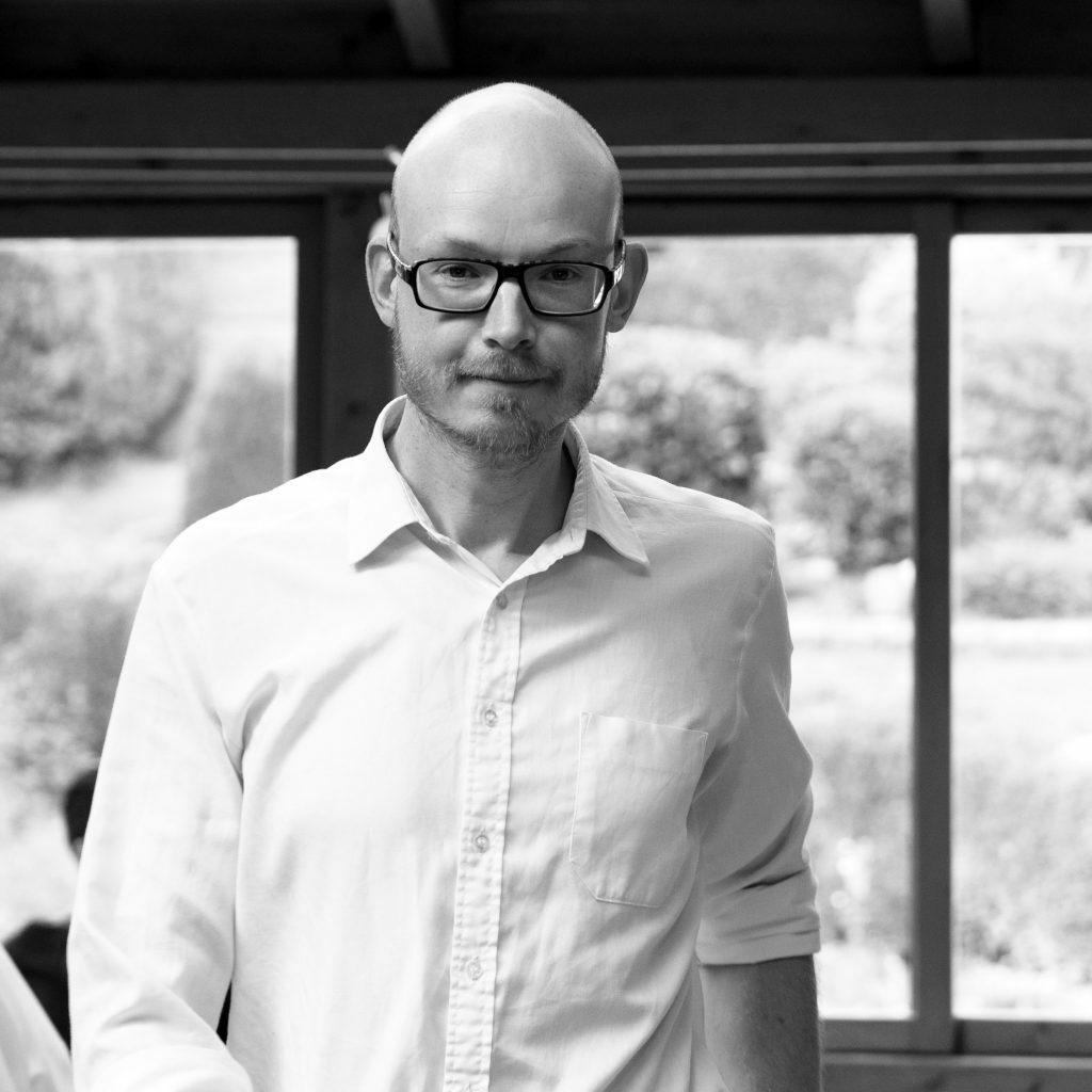 Niklas Wunderlich mit Brille und weißem Hemd