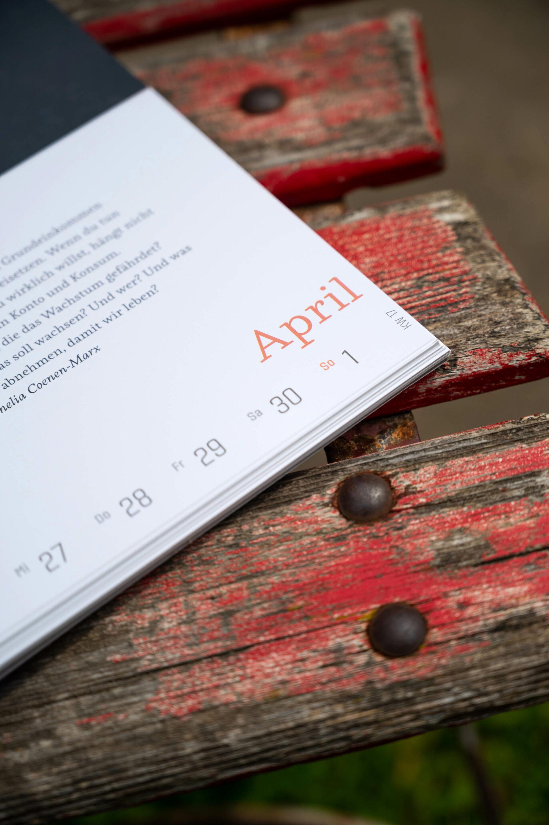 Detailaufnahme Kalenderblatt April auf einem alten Holzstuhl.