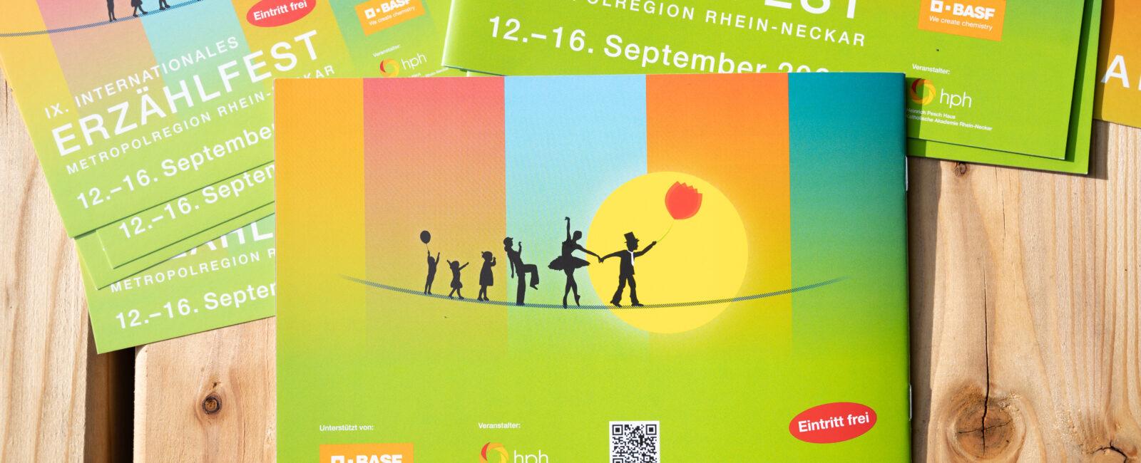 Grüner Flyer Erzählfest mit Silhouetten, die auf einem Seil tanzen